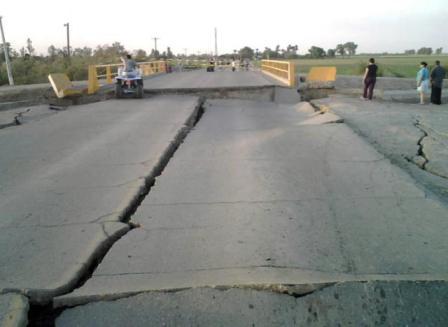 El sismo afectó las carreteras