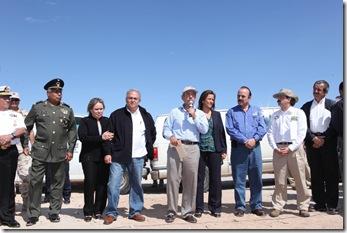 MUNICIPIO DE MEXICALI BAJA CALIFORNIA A 05 DE ABRIL L 2010 EL PRESIDENTE DE LOS ESTADOS UNIDOS MEXICANOS MTRO. FELIPE CALDERON HINOJOSA DURANTESU VISITA A EL EJIDO EL FARO CUYA POBLACION FUE AFECTADA POR EL SISMO DE REGISTRADO EL DOMINGO POR LA TARDE FOTO ALFREDO GUERRERO