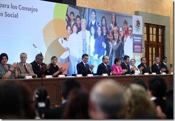 MEXICO D.F. 8 DE JUNIO DEL 2010. EL PRESIDENTE DE LOS ESTADOS UNIDOS MEXICANOS, LIC. FELIPE CALDERON HINOJOSA, DURANTE LA PRESENTACION DE LOS LINEAMIENTOS GENERALES PARA LA OPERACION DE LOS CONSEJOS ESCOLARES DE PARTICIPACION SOCIAL, QUE TUVO LUGAR EN EL SALON ADOLFO LOPEZ MATEOS DE LA RESIDENCIA OFICIAL DE LOS PINOS. FOTO ALFREDO GUERRERO