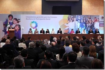 MEXICO D.F. 8 DE JUNIO DEL 2010. EL PRESIDENTE DE LOS ESTADOS UNIDOS MEXICANOS, LIC. FELIPE CALDERON HINOJOSA, DURANTE LA PRESENTACION DE LOS LINEAMIENTOS GENERALES PARA LA OPERACION DE LOS CONSEJOS ESCOLARES DE PARTICIPACION SOCIAL, QUE TUVO LUGAR EN EL SALON ADOLFO LOPEZ MATEOS DE LA RESIDENCIA OFICIAL DE LOS PINOS. FOTO ARIEL GUTIERREZ